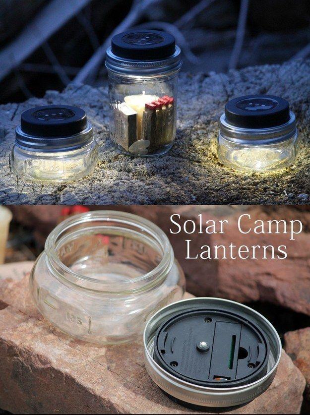 Haz faroles solares para acampar con frascos vacíos y discos solares. | 41 trucos ingeniosos para acampar que desearás haber sabido antes