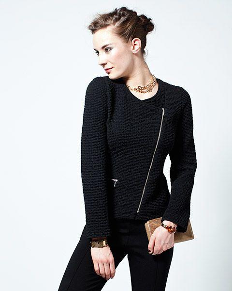 Musta chanelhenkinen jakku, jossa edessä vino vetoketju.