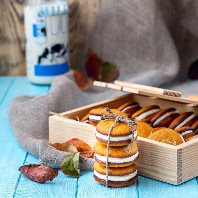 Маленькие мягкие бисквитики с непередаваемым ароматом корицы и узнаваемой сладостью тыквы, соединенные облачком нежного крема из взбитых сливок и творожного сыра с его непередаваемой легкой кислинкой.