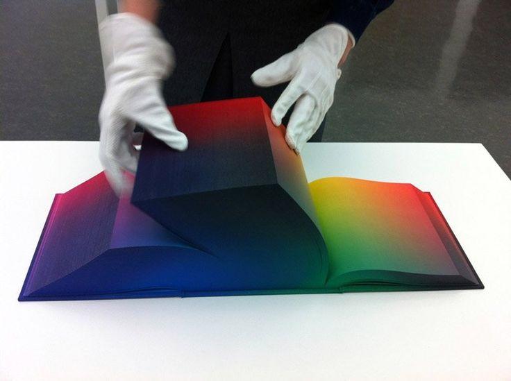 タウバ・アウエルバッハ(Tauba Auerbach)(1981~)による「色空間の図解書」。アメリカのアーティスト。数学と物理学からインスピレーションを得て、二次元と三次元を交錯する作品を手がけています。文字も絵も描かれていない、世界で最も華やかな色の見本帳を制作しました。