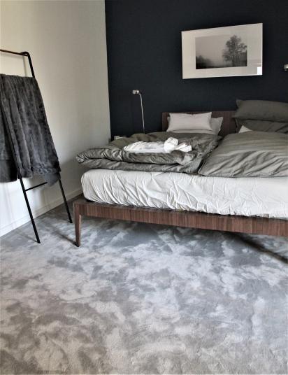 Šedý koberec do ložnice, dodává BOCA Praha. / Gray carpet for the bedroom.  http://www.bocapraha.cz/cs/reference-detail/98/rodinny-dum-klanovice/