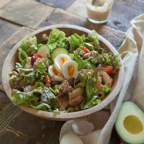 アメリカのレストランでまかないサラダとして作られたのが始まりのコブサラダ。