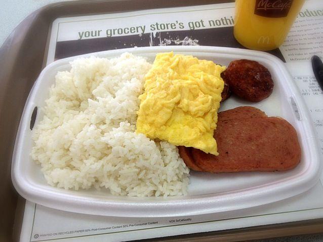 グアムのマクドの朝食メニューではコメが食えます。しかも400円って激安でw - 34件のもぐもぐ - デラックスプラッター by 榎本大輔 (Dice-K.Enomoto)