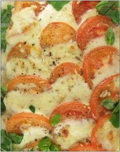 Voor 2 à 3 personen: 600 g kabeljauwhaasje 2 bolletjes mozzarella verse basilicum 2 tomaten (roma) viskruiden (bv: Topaz) peper en zout teentje look provençaalse kruiden Schik de kabeljauwhaasjes in een ovenschotel. Kruid ze met de viskruiden. Garneer de vis met schijfjes tomaat en mozzarella. Pel en snijd de look zeer fijn, strooi het over …