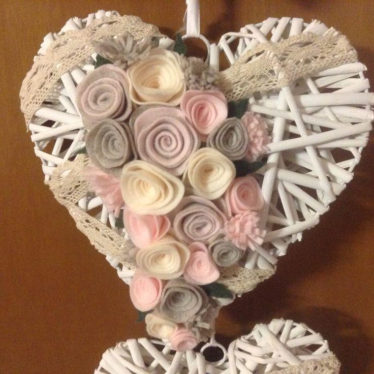 Cuore decorato con rose di feltro fatte a mano