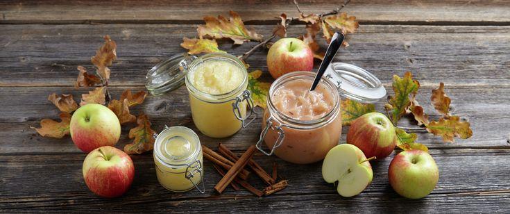 Hjemmelaget eplemos er raskt og enkelt å lage. Lager du eplemos uten å skrelle eplene, får mosen gjerne en vakker og rosa farge.