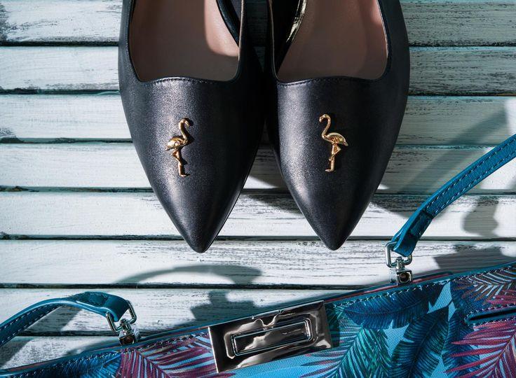 Черные туфли на небольшом квадратном каблуке из натуральной кожи. Каблук украшен металлическими деталями, носок инкрустирован фигуркой фламинго