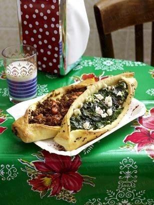 Zweierlei Pide mit Spinat und Feta sowie Tomate und Rinderhack