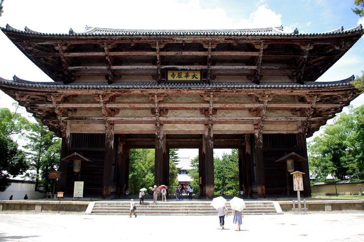 115. Grande Portale meridionale (Nandaimon), 1199 circa. Nara, Todaiji. L'erezione di questo straordinario padiglione, posto all'ingresso dell'antico santuario, ebbe inizio nel 1199 con lo scopo di sostituire un altro portale andato distrutto nel X secolo; certamente i lavori furono completati entro il 1203 quando nelle due nicchie laterali furono collocati i due maestosi Re Guardiani.