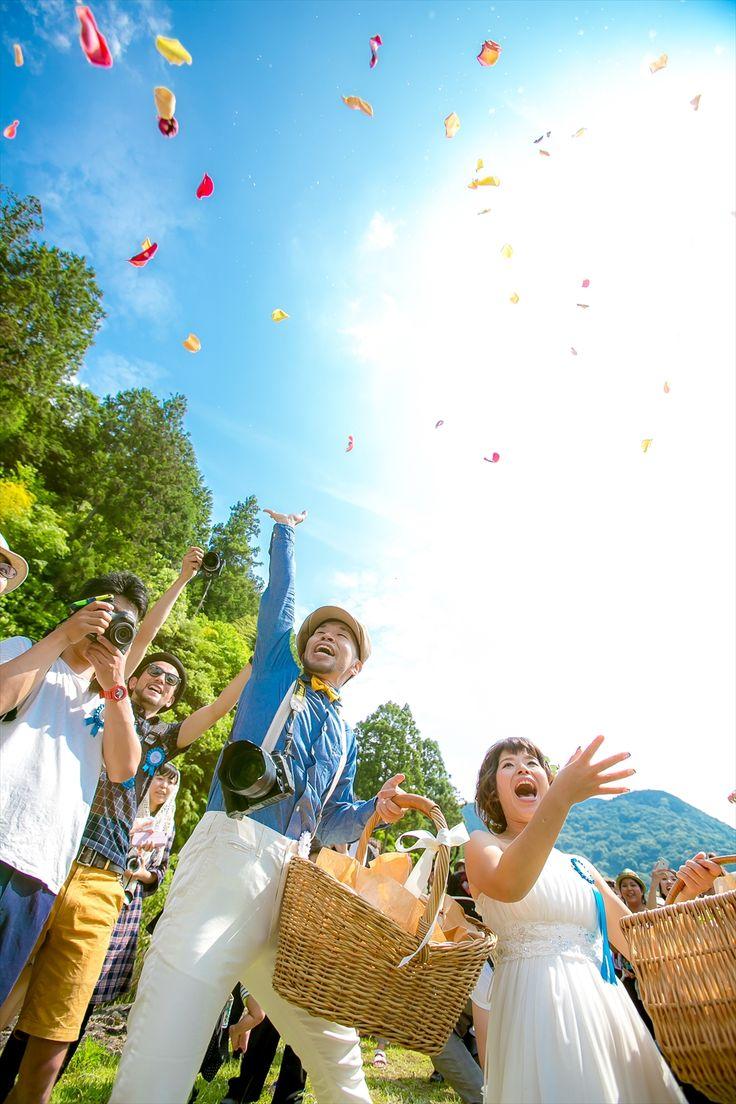 カメラマン出田憲司の結婚式 | 結婚式ビデオ撮影・写真撮影なら月山 ... 逆フラワーシャワーで入場。