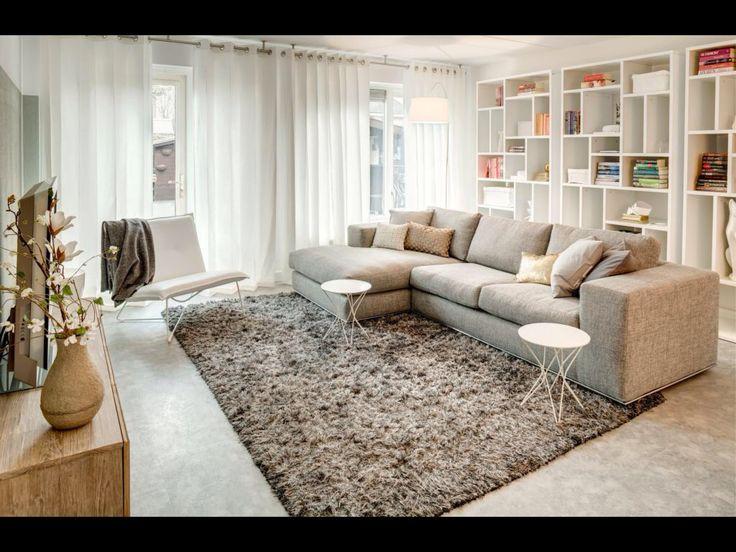 Leuke stijl witte gordijnen mooie bank mooi vloerkleed leuke tv kast en boekenkast - Grijze wand taupe ...