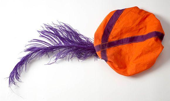 Sinterklaas komt eraan! En om van de intocht een extra vrolijk feestje te maken, gaat Finn als Pietje verkleed. Ik heb een Pietenmuts voor hem gemaakt. En dat is eigenlijk heel simpel. Gewoon een cirkel stof met elastiek met eventueel een paar linten erop en een grote veer en je muts is klaar. Kijk maar! Wat heb je nodig? Stof en eventueel lint Garen Naald of naaimachine Veer Bord Potlood Schaar Leg het bord op de lap stof. Knip er voor een peuter zo'n 12 centimeter omheen een cirkel uit…