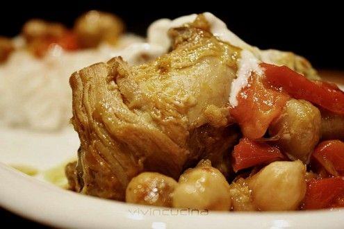 Pollo con peperoni e ceci al curry, una ricetta davvero particolare tratta da uno dei libri di ricette di Jamie Oliver.