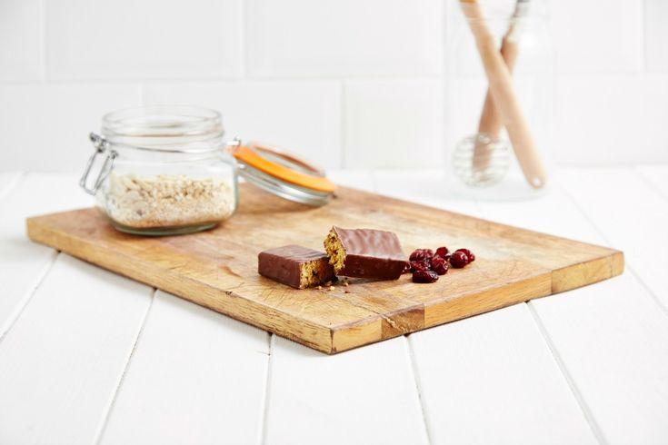 Gli snack proteici sono un ottimo spuntino non soltanto per chi si allena, ma anche per le persone sedentarie che devono tenere sotto controllo l'apporto dei carboidrati, hanno problemi di fame nervosa e in particolare