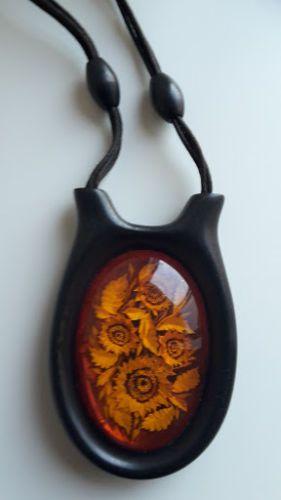 """Ontworpen halsketting met hanger 100% natuurlijke Baltische barnsteen  """"Sun Flower"""" ontworpen ketting met natuurlijke Amber. Gebeeldhouwd met de hand (slechts ééndelig).Materiële ketting: katoen (speciaal behandeld) en zwart ebben hout. Materiële ketting: oranje met zwart ebben hout. Handwerk. Hanger afmetingen: 10.5 x 6.5 cm Amber grootte: 7.5 cm x 5 cmLengte ketting met pedant: 36 cm-totaalgewicht: 683 gramZeer goede staat.  EUR 45.00  Meer informatie"""