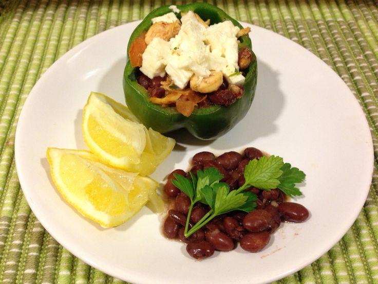 Sano y sin azúcares ni harinas. Receta estilo mejicana: pimiento asado relleno de pollo, frijoles, queso feta, tomate, perejil y limón