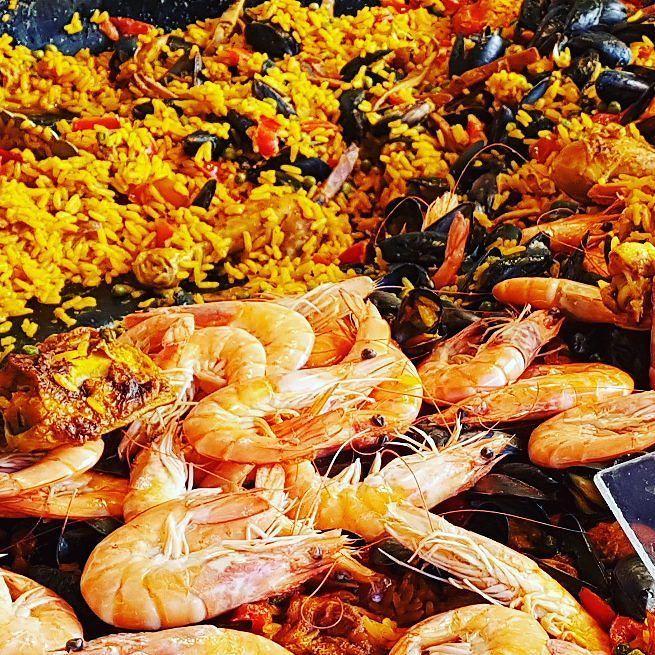 #French #Paella @gustodilella @famigliadilella @italianfoodtruc  Paella(uitspraak: pa'eʎa) is een oorspronkelijk#Valenciaansen tegenwoordig typisch#Spaans gerecht en bevat afhankelijk van de regio als hoofdingrediënten:rijst zeevruchten alsvisenschaaldieren stukjeskipkonijntomatenbasis(tomate frito)garrofónes(speciaal soort wittebonenuit Valencia)snijbonenensaffraan. Belangrijk onderdeel van de bereiding is dat de rijst gekookt wordt in debouillonvan de vis- en schaaldieren of kip en konijn…