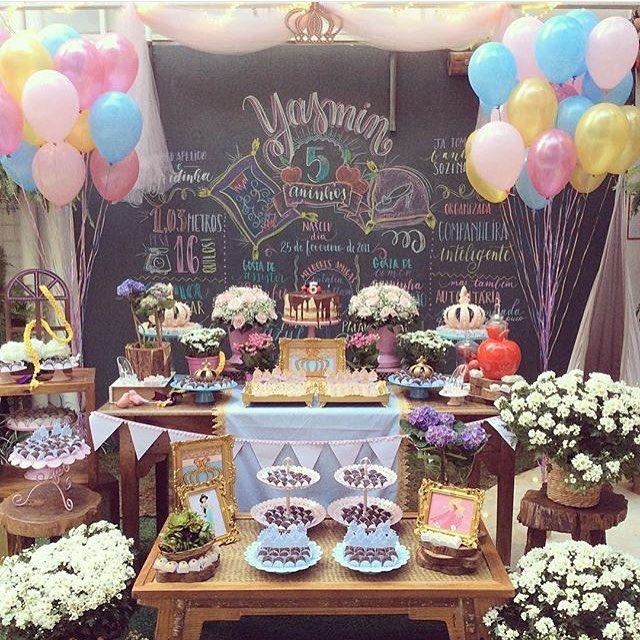 Festa linda de Princesa, com chalkboard, flores e balões! Adoro! Por @ap_kidsparty  #kikidsparty
