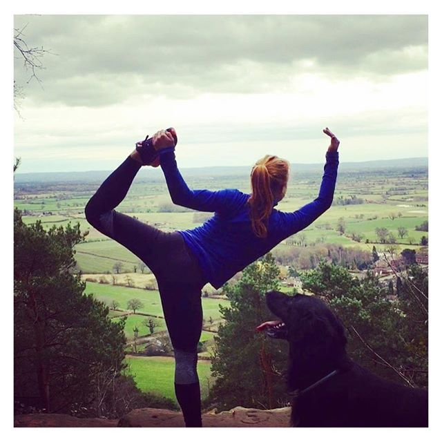 Mountain top yoga - outdoor yoga || Fit fashion, active living and yoga leggings