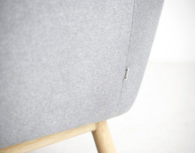 El sofa gris Peppy es un sofá animado y con buen humor. Está inspirado en el diseño escandinavo de los años 60 y es una interpretación moderna de un sofá retro. Su forma en general, base de madera y botones característicos le dan un encanto muy seductor. Características