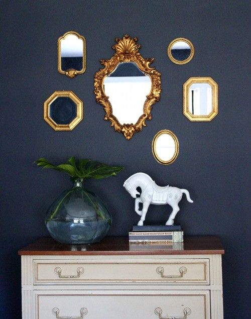 Gouden lijstjes met blauwe muur - trend Dark & Light | #goud #blauw #fotolijstjes #inspiratie #livengo