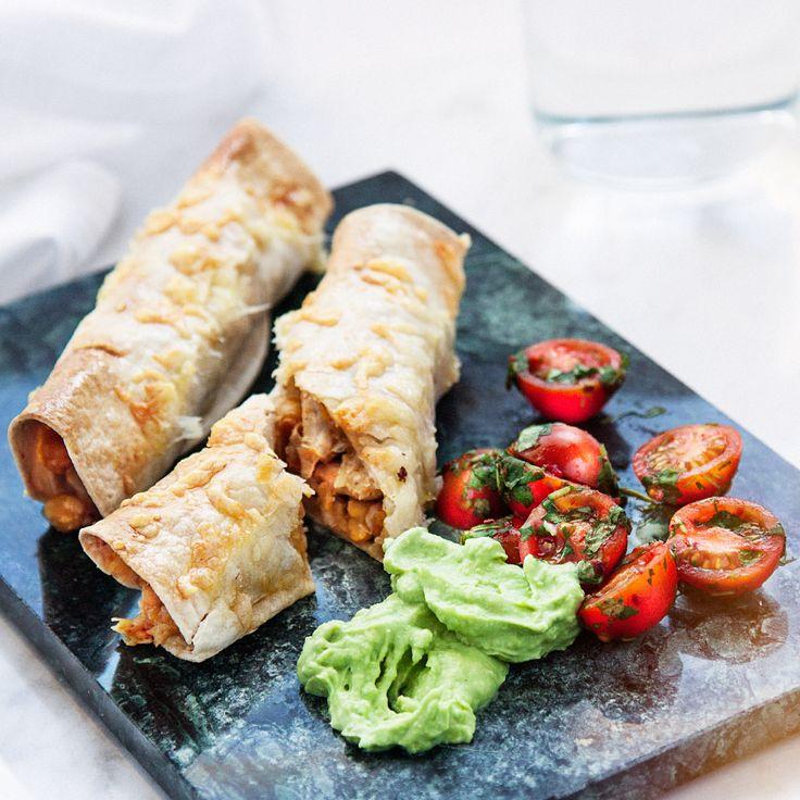 Tortilla med kyckling, guacamole och chipotletomater