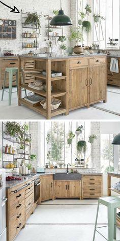 Une cuisine pratique et fonctionnelle, avec un îlot central en pin recyclé Maisons du Monde et des étagères ouvertes en métal. .