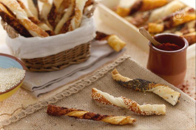 I bastoncini di pasta sfoglia al formaggio sono delicati stuzzichini salati ideali come  aperitivo  o per impreziosire il vostro cesto del pane.