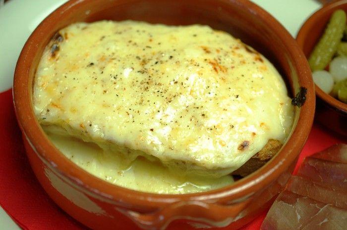 Croute au fromage: brood met een smeuïg gegrild kaaskorstje. Een heel simpel gerecht: een broodje kaas uit de oven, maar toch nét even anders. Met wijn en