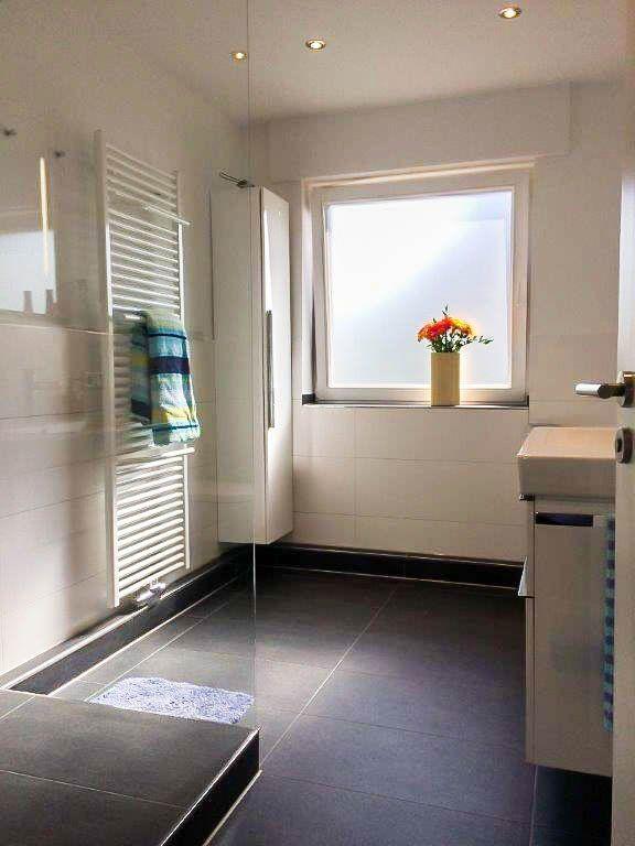 Helles Duschbad mit dunklen Bodenfliesen und heller Wandgestaltung - wandgestaltung im badezimmer