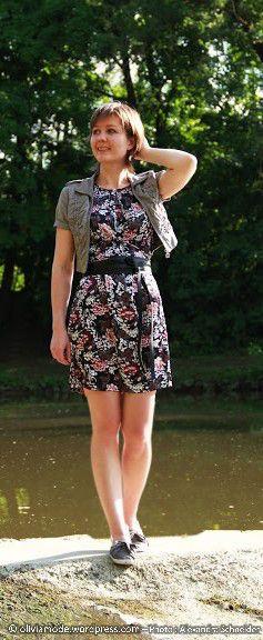 Olivia près du moulin en robe à fleurs Bonobo Sarreguemines, veste courte Jennyfer, baskets grises Forever18