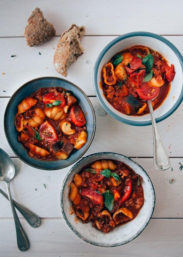 Heerlijke maaltijdsoep boordevol verse groenten. Met deze minestronesoep maak je zo een kom heerlijke comfortfood en die je echt een opkikker geeft.