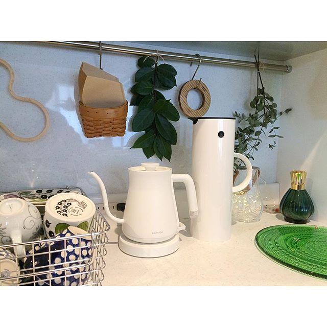 2016/12/15 15:32:55 ka_nago キッチン背面の扉の中には 食器棚があります。 普段は、開けっ放しです。 お客様が来られる時や、 夜はリセットとして扉を閉めます。 ・ お気に入りの食器や、 シンプルなお気に入りの電気ポットや保温ポットがあると キッチンが好きになります。 ・ 1月に発売される バルミューダの炊飯器がとっても気になります! 5分で炊けるとか‼︎ しかも、バルミューダだから きっとデザインは素敵なはず! * #バルミューダ #キッチン収納 #北欧雑貨 #ステルトン #イッタラ #iittala #arabia #mykitchen #ドライフラワー #月桂樹 #ユーカリ