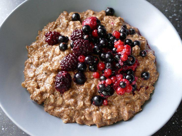 Dnes nafilmujeme dva recepty na chudnutie. Fantastické raňajky a bulgoto. Začnime však raňajkami. Ovsená kaša so škoricou a lesným ovocím, osladená stéviou