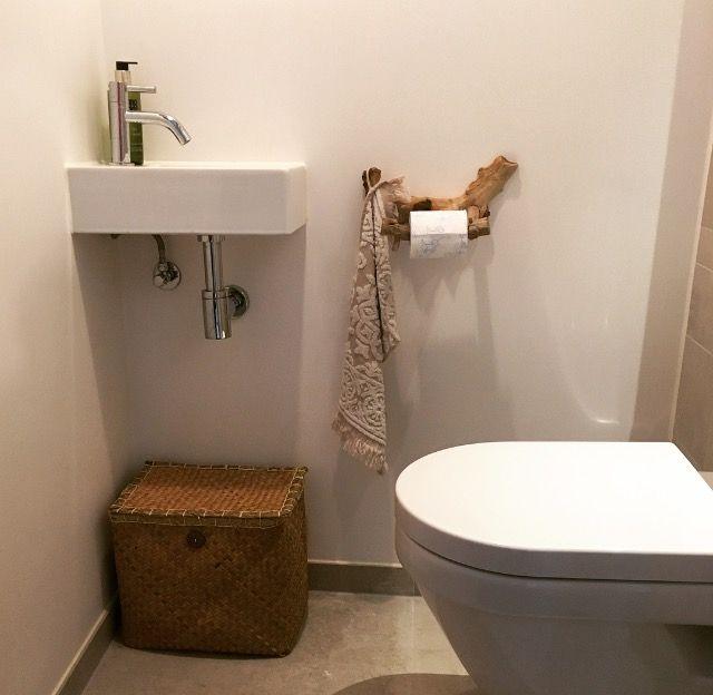 Wc rol houder gemaakt van oud hout in naturel look wc met wit gestuukte muren