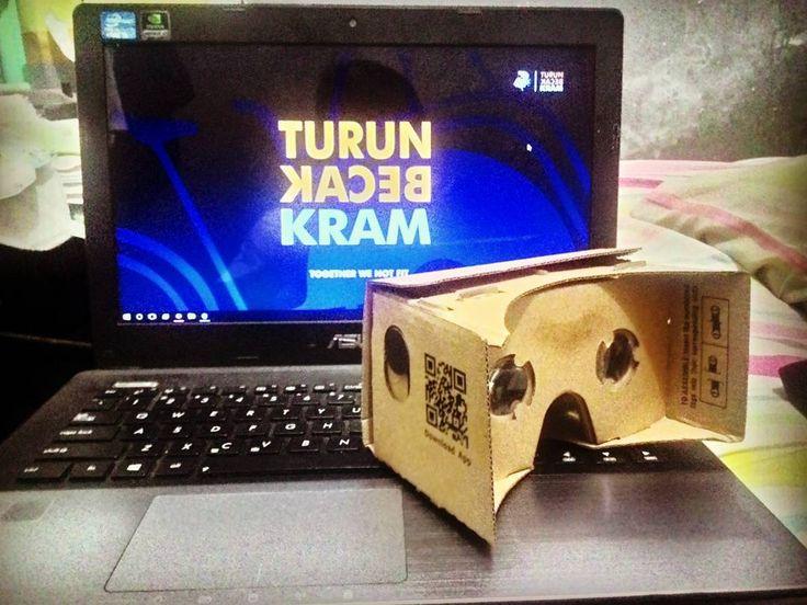 "An awesome Virtual Reality pic! Jadi ini tho yg dinamakan Cardboard VR.. Jadi Cardboard ini menggunakan Sensor Gyroscope utk mengoperasikan Virtual Reality nya dan melalui Aplikasi Cardboard buatan Google Inc. Maka alat ini akan menjadi ""kenyataan Maya"" yang menyenangkan.  P.S: abaikan wallpaper laptop gue.  #cardboard  #virtualreality  #vr  #google  #justnow #letsdothis  #instaday by hadyrianto check us out: http://bit.ly/1KyLetq"