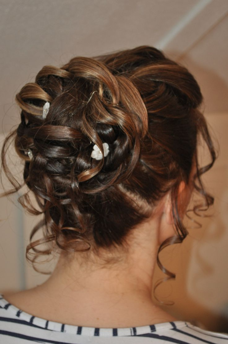 Bruidskapsel opgestoken met lussen en losse plukjes Bridal hair updo for medium long hair