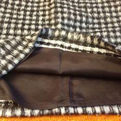 NEU Damen Rock Winter Woll mini Rock Gr. 36 von Kapalua P.69,95€ Hochwertige Wolle verbindet auf mühelose Weise Geschmeidigkeit, Qualität und Eleganz miteinander - ideal für schlichte Schnitte. Figurbetonte Form.  Klassische, schlichte Silhouette. Ganz gefüttert. Super kombinierbar.  Am Bund ist mit einem Leder Imitat Band eingefasst. Hinten mittig mit Reißverschluss + Knopf zu schliessen. Wurde nur anprobiert. Der Stoff ist leicht flauschig. Kuschelig warm und weich. Farbe: Schwarz/Weiß…