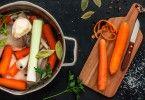 Um bom tempero caseiro pode transformar completamente seus pratos. Então, que tal aprender a preparar um saboroso caldo de frango?