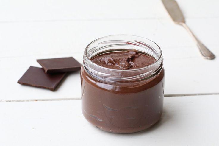 Yesss lieve mensen dit is weer zo'n KILLER van een recept! Althans voor de chocolade liefhebbers onder ons. Mijn grootstecrushis en blijft chocolade pasta. Op crackers, rijstwafels of gewoon zo een lepel uit de pot. Maar ik hoef jullie natuurlijk niet te vertellen dat er weinig goeds in de choco...