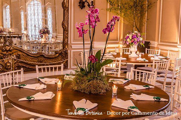 Arranjo de centro de mesa estilo botânico, com orquídeas plantadas diretamente na mesa...  Decoração botânica com muitas plantas e flores tropicais são tendências para casamentos em 2017.  Decoração: Casamento de ideias