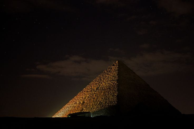 Ver mejor en grande.  La Gran Pirámide de Giza (también llamada la Pirámide de Keops) es la más grande (y antigua) de las tres pirámides de la Necrópolis de Giza (limítrofe a El Cairo), siendo además la más antigua de las Siete Maravillas del Mundo Antiguo, y la única que permanece en gran medida intacta.  Los egiptólogos creen que la pirámide fue construida como tumba para el faraón Khufu (Keops en griego) de la cuarta dinastía egipcia, durando su construcción un período de 14 a 20 años en…