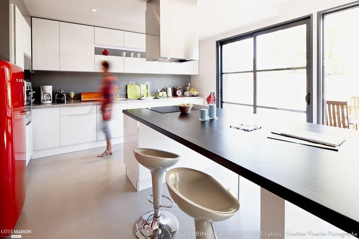 Une grande cuisine blanche avec lot central pour les for Cout d une cuisine amenagee