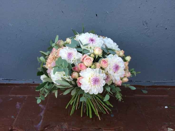 у меня можно заказать с букетом и вазу, чтобы получательница не искала куда поставить цветы и вообще вдруг у нее нет красивой и удобной вазы. Особенно это актуально если доставка на работу! #букет