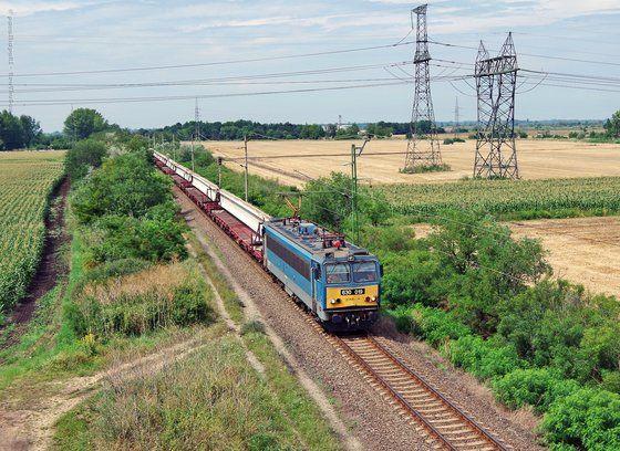 Érkezik a következő hídelem szállítmány. Szeged közelében. Trefhetes képe.