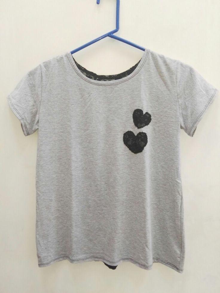 Camiseta Gris con aplicaciones en blonda confeccionado por Tiernos Encantos.