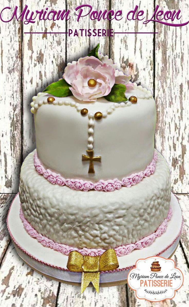 Pastel de comunion para nena con rosario y flores de azucar