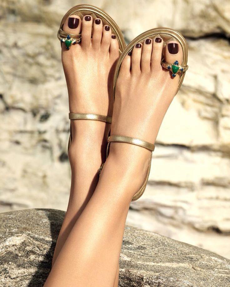 Все что нужно знать о новой летней коллекции макияжа и новых лаков для ногтей Chanel @chanelofficial читайте на vogue.ua #chanel #chanelvernis #nailpolish #pedicure #voguebeauty by vogue_ukraine