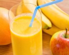 Smoothie pomme banane : http://www.cuisineaz.com/recettes/smoothie-pomme-banane-au-yaourt-64854.aspx