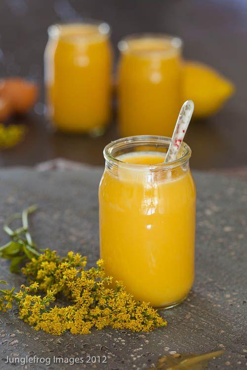 lemon curd Battre 3 œufs avec 150g de sucre en poudre. Ajouter 10cl de jus de citron et 1 C.S. de maïzena diluée dans un peu d'eau. Verser la préparation dans une casserole. Ajouter 30g de beurre en petits morceaux. Faire cuire sur feu doux, jusqu'à épaississement